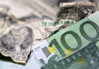 Euro crawls off 6-1/2-month lows, Italian political woes limit bounce
