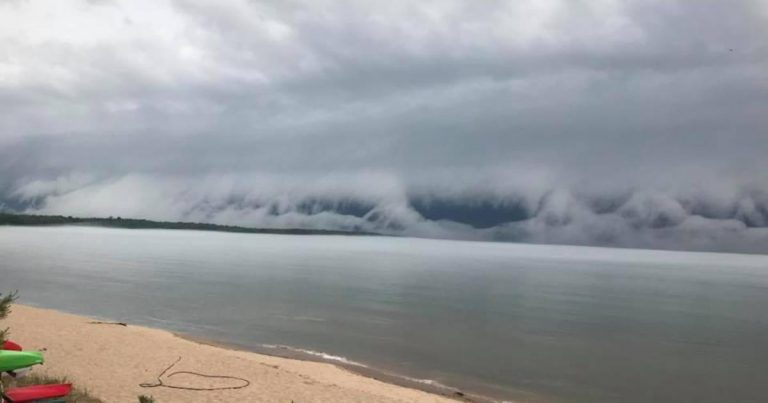 """""""Craziest thing ever"""": Wave-like """"shelf cloud"""" caught on camera"""