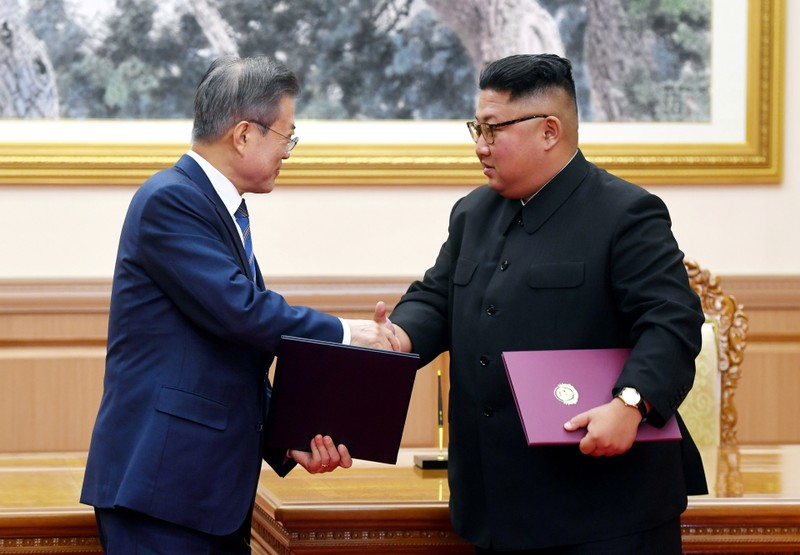 South Korean President Moon Jae-in shakes hands with North Korean leader Kim Jong Un after signing the joint statement in Pyongyang