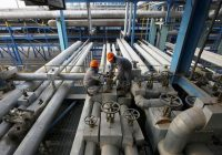 Oil falls on US shale output, expected stocks data