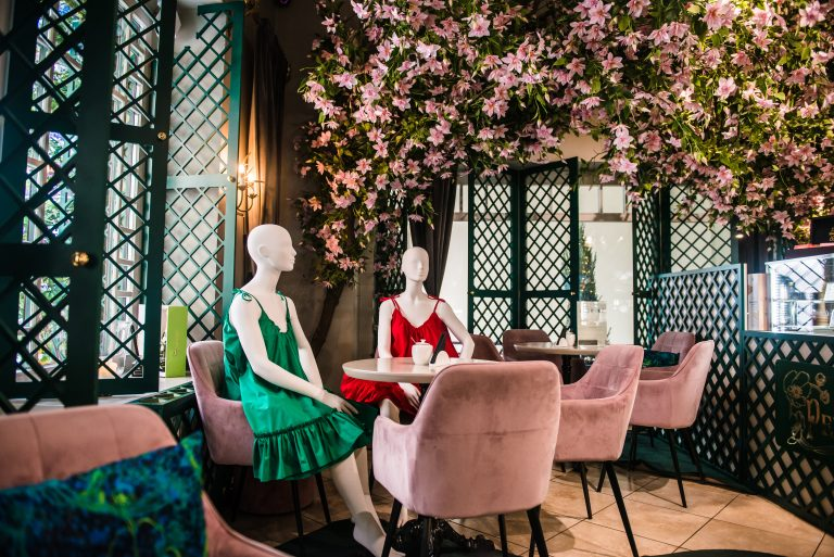 Robot waiters, mannequins and rooftop dining: How we'll start to go to restaurants again