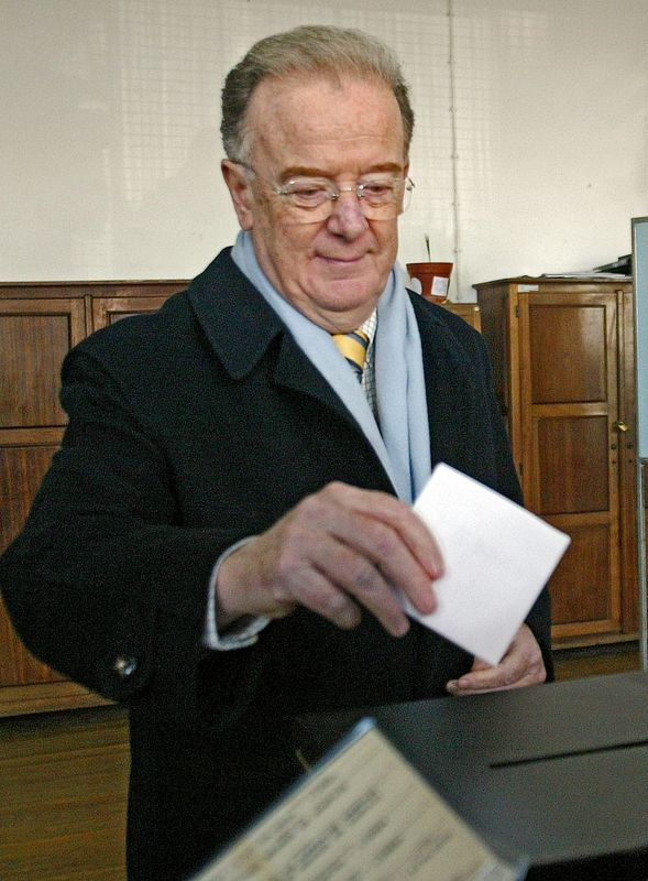 FILE PHOTO: Portuguese President Jorge Sampaio casts his vote in the general election in Lisbon, February 20, 2005, after he extraordinarily dissolved parliament and ordered an early vote due to instability in the centre-right government